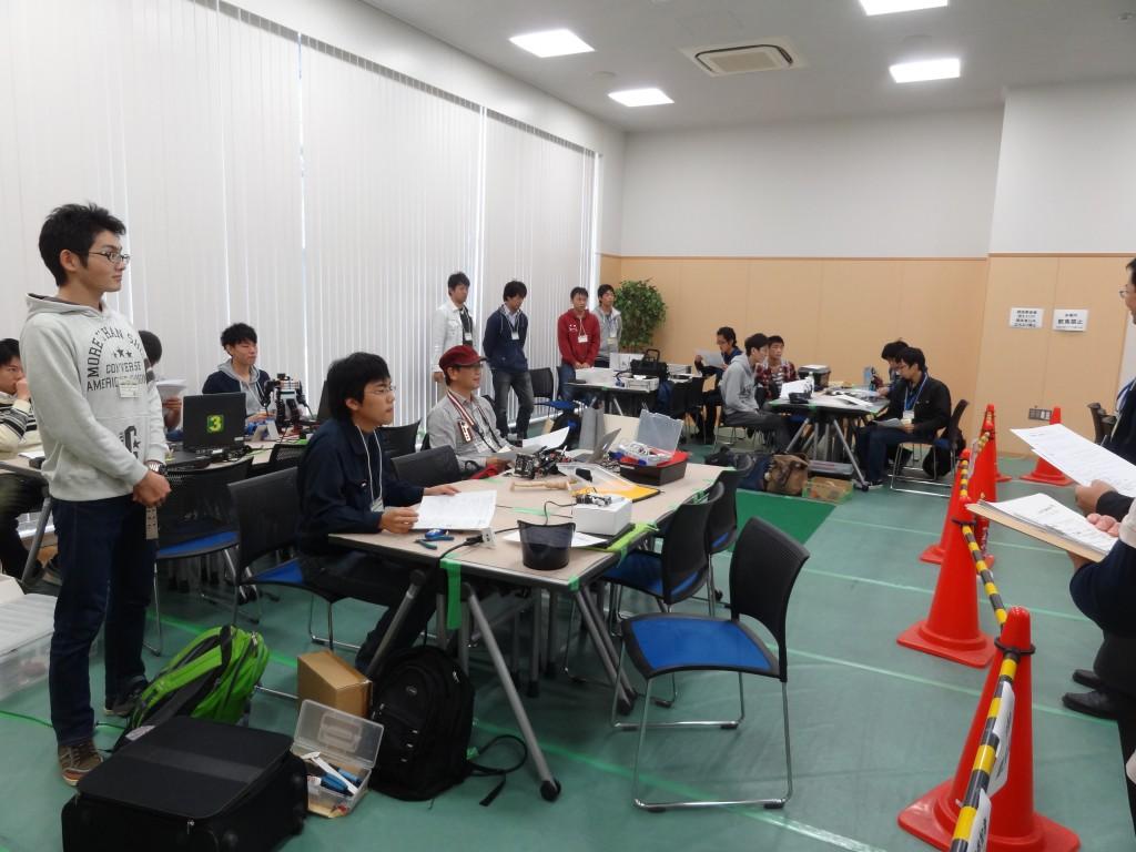 画像2:競技前のミーティングに臨む参加者